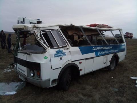 На трассе под Омском в пассажирский автобус врезалась легковушка