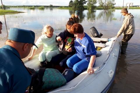 Сотрудники МЧС доставили роженицу в больницу на лодке по воде