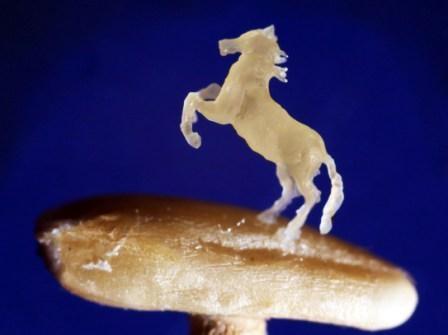 Омский микроминиатюрист изготовил крошечную лошадь из овсяного зёрнышка