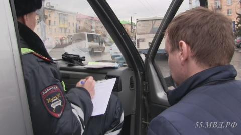 Проверив сотню таксистов в Омске, сотрудники ДПС выявили 70 нарушений