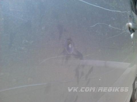 На Иртышской набережной из окна автомобиля расстреляли иномарку