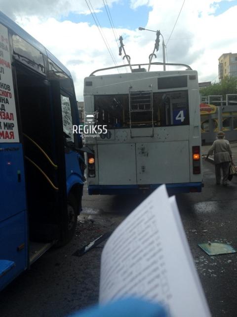 В Омске столкнулись троллейбус и маршрутка: пострадали 7 женщин