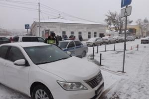 Омских водителей штрафовали за парковку на местах для инвалидов