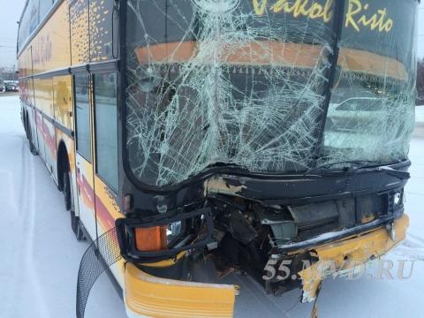 Пассажир Daewoo Nexia, попавшей под автобус в Омске, погиб на месте аварии