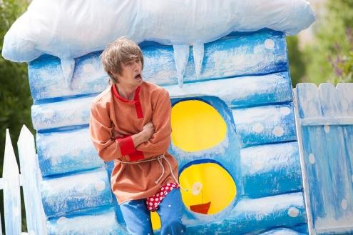 """Молодежный театр """"Третий круг"""" устроил битву снежками в центре Омска"""