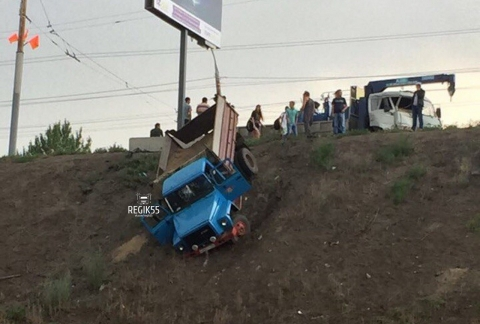 В Омске с моста слетел груженый песком грузовик (фото)