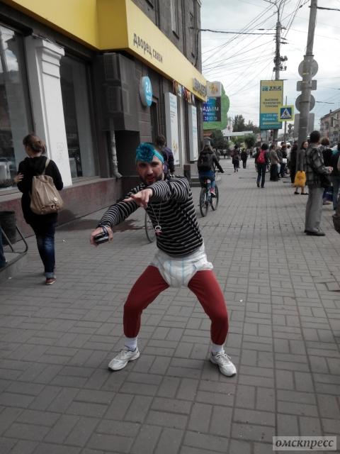 В центре Омска бородатый мужчина в памперсах делился с прохожими счастьем