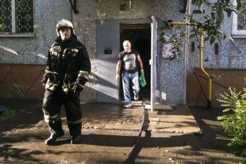 Пожарные спасли 11 омичей и двух попугаев из задымленной многоэтажки