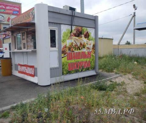 В Омске трое подростков взломали киоск, чтобы поесть шашлык