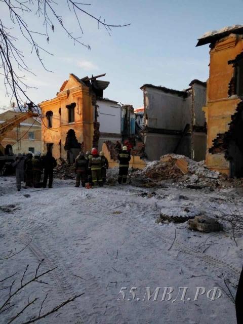 Кинолог с собакой не обнаружили людей под завалами обрушившегося в Омске дома