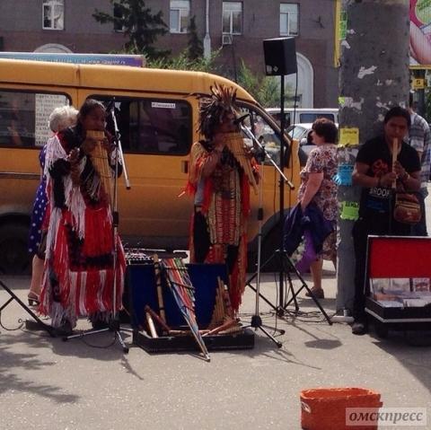 Индейцев депортируют из Омска в Эквадор за то, что играли на улицах