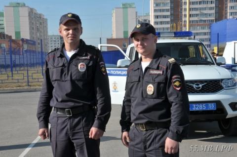 Омский полицейский спас девушку, стоявшую на карнизе балкона