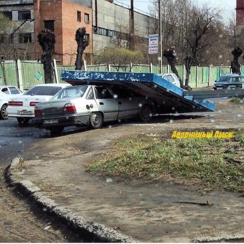 Омский шторм повредил 75 автомобилей