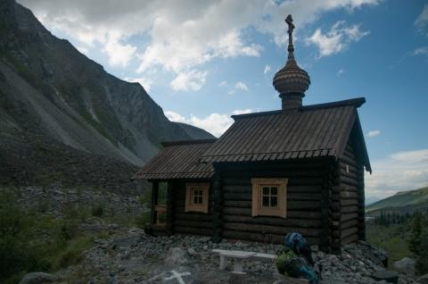 Омский священник вознес на самую высокую сибирскую гору икону «Спаса Нерукотворного»