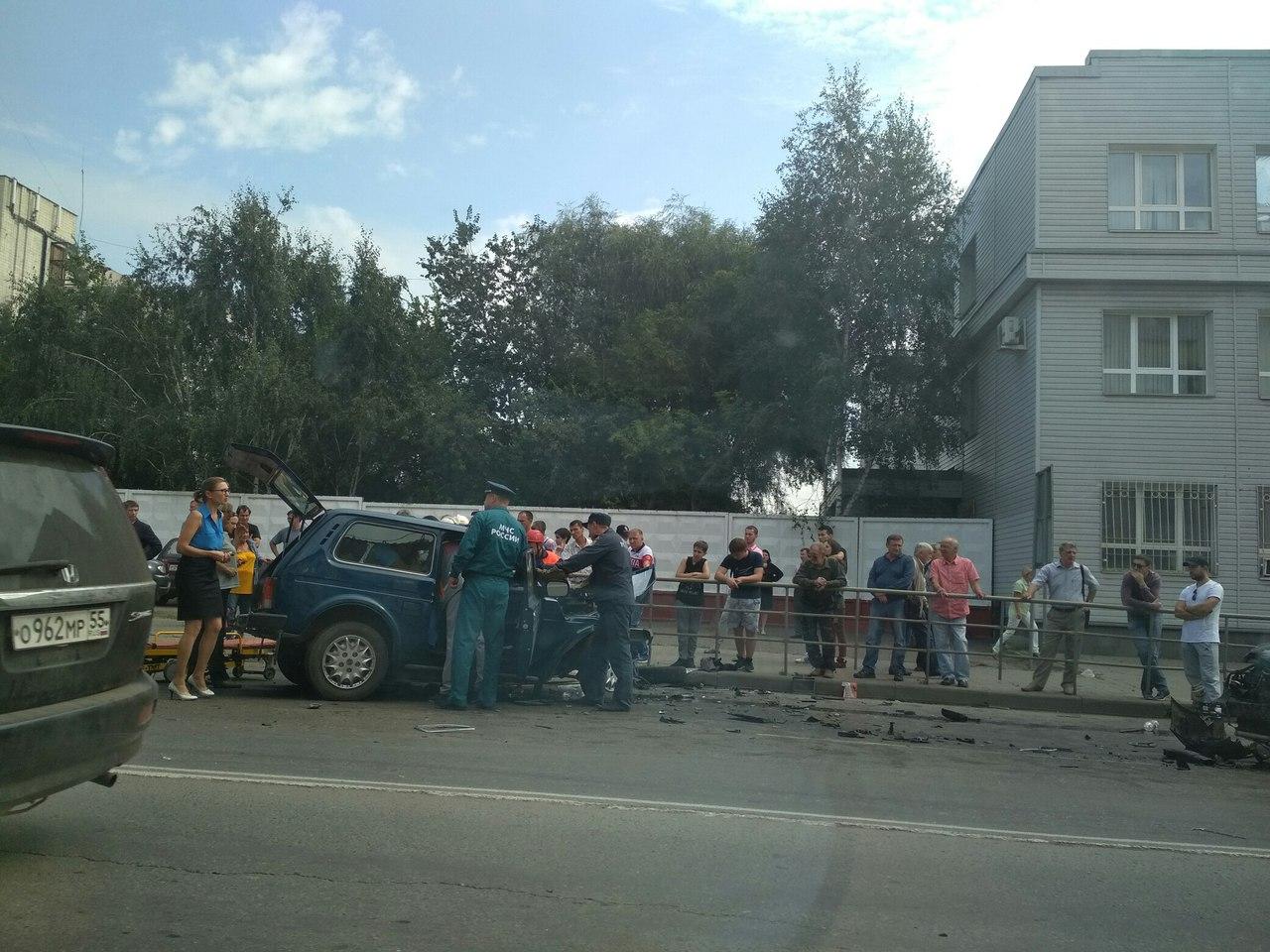 В Омске спасатели извлекают водителя «Нивы» после лобового столкновения