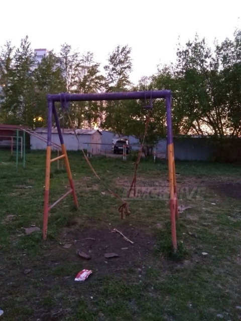 Омичи увидели на детской площадке объект похожий на виселицу