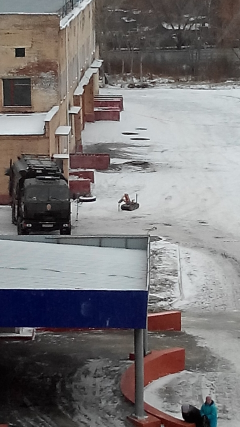 Очевидцы: На территории омской МСЧ обезвредили бомбу
