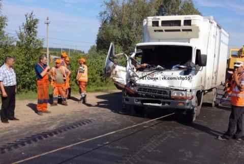В Омской области грузовичок врезался в ВАЗ и напоролся на асфальтоукладчик (фото)