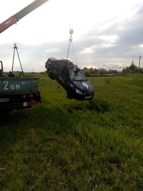На трассе Омск - Нижняя Омка такси улетело в кювет