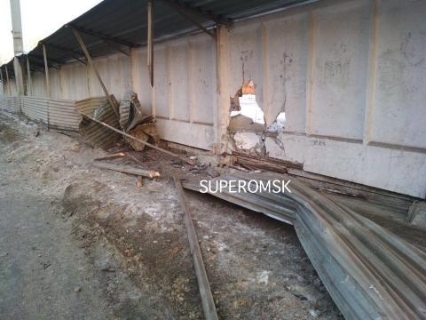 В Омске неизвестный пробил бетонный забор