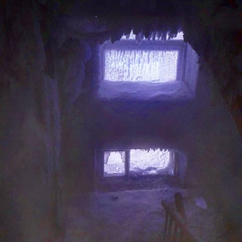 В одном из омских домов подъезд превратился в ледяную пещеру