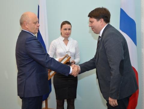 Молодые омские ученые получили от Губернатора по 58 тысяч рублей, звание «Лауреат» и статуэтку