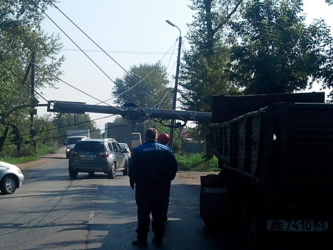 В Омске КамАЗ врезался в столб линии электропередач