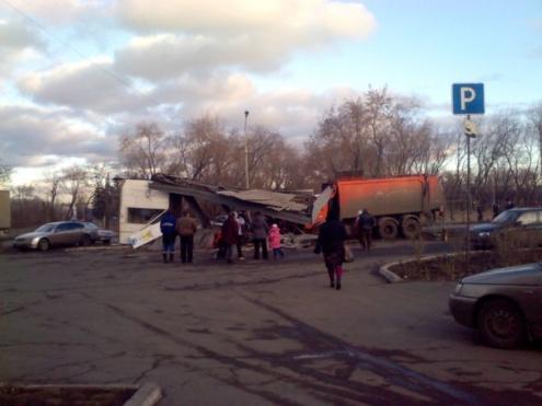 В Омске мусоровоз снес остановку