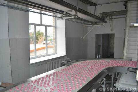На омской фабрике показали, как делаются конфеты