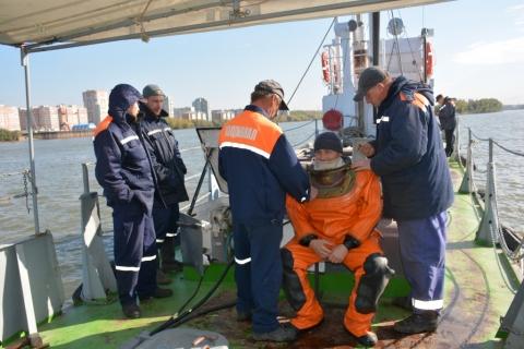 На дне Иртыша водолазы Омского водоканала отремонтировали дюкер