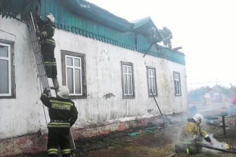 Из горевшего храма в Омской области успели вынести иконы
