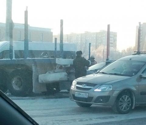 В Омске КамАЗ сбил 19-летнего пешехода, а затем врезался в маршрутку и Nissan