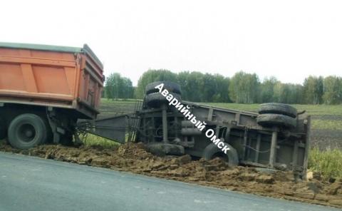 Под Омском перевернулся КамАЗ с зерном