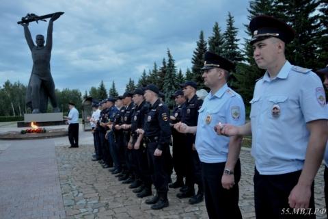 Омские сотрудники полиции и ветераны зажгли свечи в Парке Победы