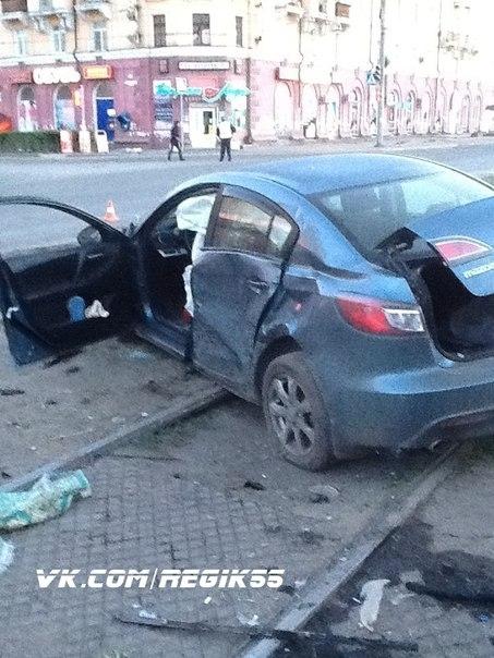 Пьяный водитель разбил машину омского полицейского