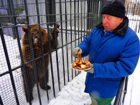 Медведица и обезьяны Большереченского зоопарка отпраздновали Масленицу