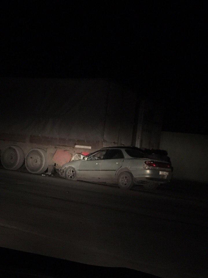 В Омске на Молодежной легковушка врезалась в припаркованную фуру