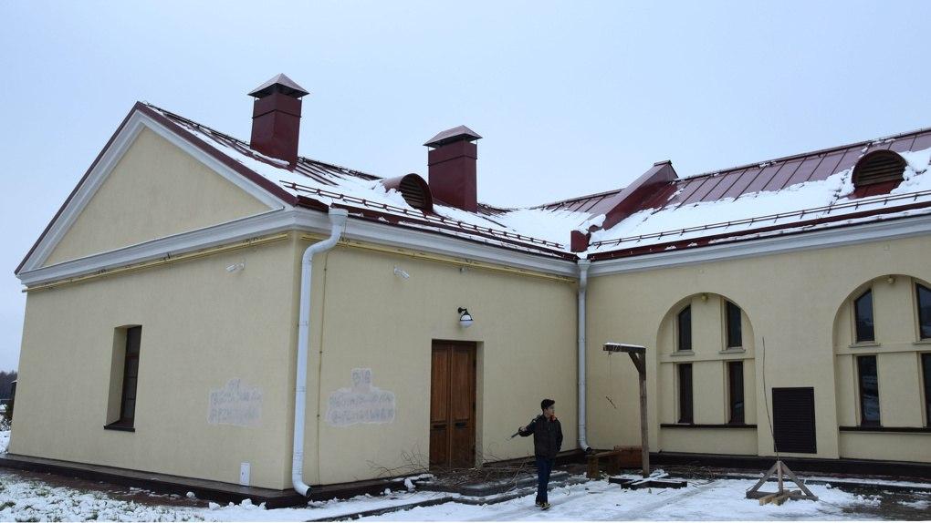 Вандалы оставили рекламу подработки на стенах Омской крепости