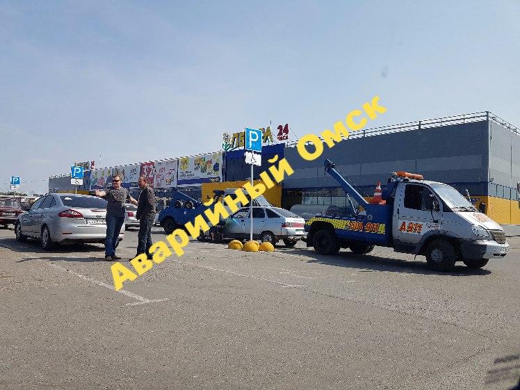 В Омске с парковки возле гипермаркета эвакуировали машины лже-инвалидов