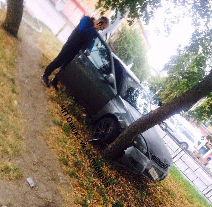 В Омске на 10-летия Октября «Приора» врезалась в дерево