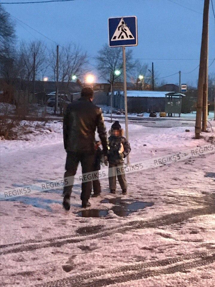 Омич с двумя детьми отпинал «Мазду» на пешеходном переходе