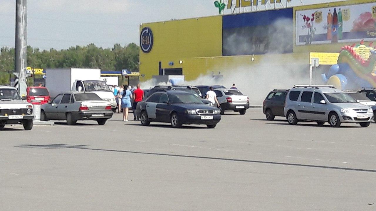 В Омске на парковке возле «Ленты» горит автомобиль Opel Frontera