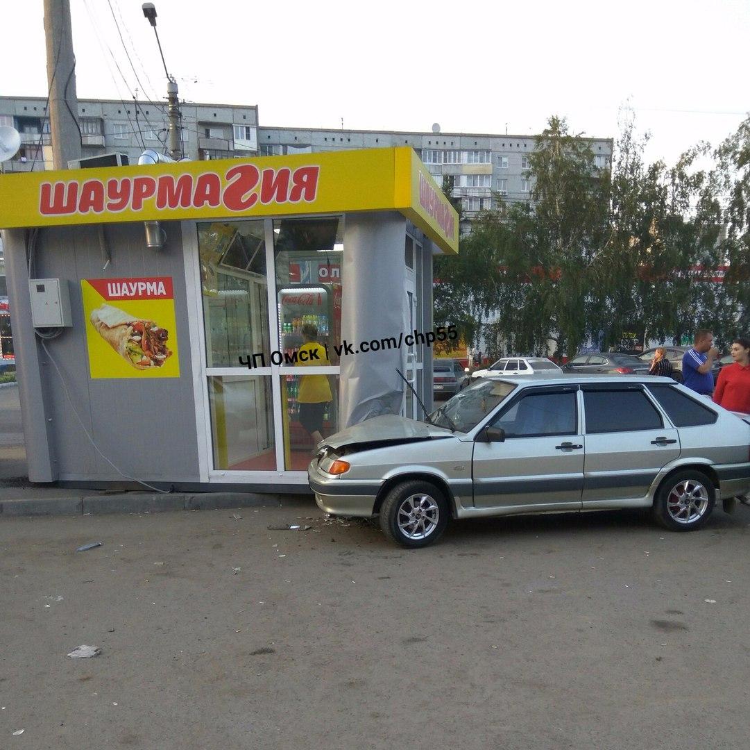 В Омске на Гашека машина протаранила павильон с шаурмой