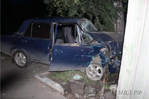 В Таре пьяный водитель пытался скрыться от полицейских и врезался в дом