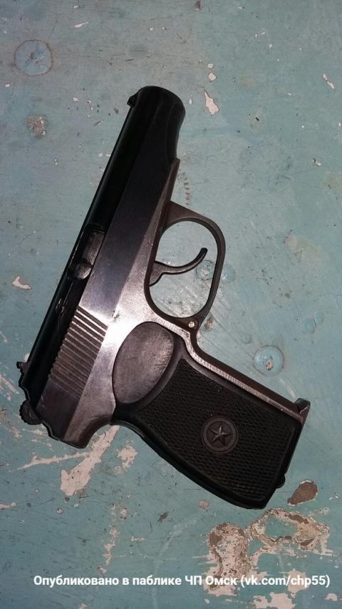 Омичка обнаружила утром в подъезде пистолет