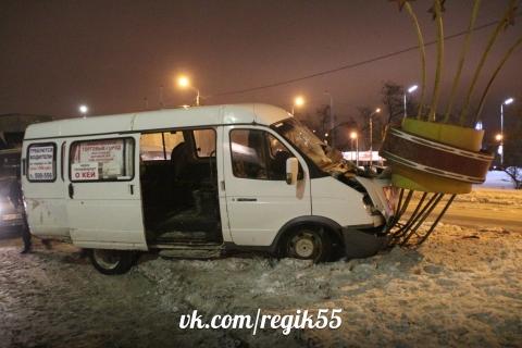 В Омске маршрутка врезалась в стелу