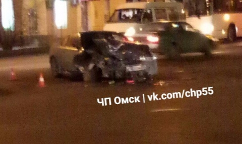 В Омске с утра пораньше столкнулись две иномарки