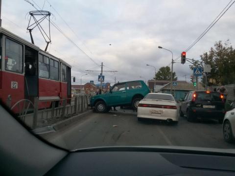 Жесткое ДТП в центре Омска: Нива запрыгнула на Марк