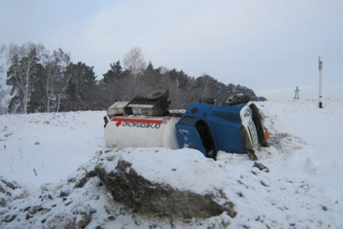 В Омской области опрокинулся газовоз с 4 тоннами топлива
