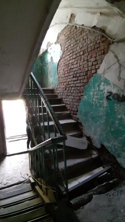Бревно от администрации не помогло решить проблему с лестницей в аварийном доме Омска